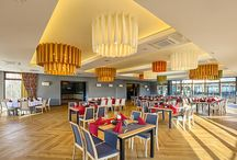 Hotel Aspen*** / Położony w malowniczym Podlesiu, w otoczeniu przyrody jest oazą spokoju, w której można osiągnąć równowagę ducha i ciała.  Klasyczny wystrój restauracji w naturalnych kolorach wprowadza przyjemną atmosferę intymności, a piękny widok na góry uprzyjemnia każdą chwilę.  Zajmujemy się organizacją wesel i ślubów, a także przyjęć weselnych. Dzięki naszemu doświadczeniu możesz być pewien, że organizacja wesela będzie dla Ciebie przyjemnością.