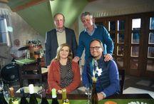 Ezerjó forgatás pincénkben, avagy a Gasztroangyal és a móri borászok / 2015. márciusában Borbás Marcsi és csapata Móron forgatta a Gasztroangyal c. műsort (látható: ápr. 6. Húsvét hétfő 17.00 Duna TV) Egyik helyszíne volt pincészetünk is, ahol egy nagyon jó hangulatú Ezerjó kóstolón beszélgettek a Móri borászok köztük a mieink is :-) (Geszler József és Imre), a háttérben pedig a Móri Fúvószenekar látható, akik ízelítőt adtak móri muzsikájukból. A forgatás Ezerjó volt, köszönjük minden Vendégünknek aki azzá tette. Fotók: Hrubos Zsolt és Geszler Anikó