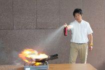 SPRAYBLUSSER / Sprayblusser kopen. Trending topic brandblusser voor bedrijf, auto, woning, boot, caravan, camper, horeca. Erkende brandblusser licht in gewicht. Brandblusser met Overheid keurmerk voor uiteenlopende omgevingen geschikt. Door iedereen eenvoudig te gebruiken op beginbranden. Spraybrandblussers hangen nooit in de weg vanwege de geringe omvang. De sprayblusser voor horeca en bedrijf zijn brandblussers voor ondernemingen. Goedkope brandblusser, effectief blusmiddel, ook voor gebruik op elektra.