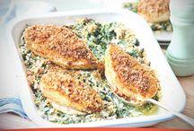 Filetes de pollo rebozados de nueces sobre espinacas al curry