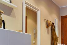 PISO EN MOLLERUSSA (Lleida) / Encargo:  pasar de un dormitorio a una sala-comedor en un espacio mucho más diáfano que incluyera la sala-comedor y un pequeño rincón para el despacho. Eliminando el tabique que separaba las dos estancias, conseguimos este espacio mucho más amplio y con mucha capacidad de almacenamiento. Podemos incluir una sala de estar, un comedor y un despacho. La entrada del piso se convierte en un recibidor muy práctico. Como siempre: mobiliario y complementos 100% low cost y diseño 100% iloftyou.