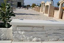 Couvertine béton plate 1 m blanche ou grise (couvre-mur plat, chaperon de muret, dessus de muret) / Couvre-mur plat 1 m lisse blanc ou gris (couvertine plate, chaperon de muret, dessus de muret, chapeau pour mur, tablette), en pierre reconstituée ou béton préfabriqué décoratif; en ciment blanc ou gris.