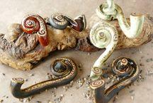 Steinzeugunikate für Küche Bad und Garten / Hier findest du alltagstaugliche hoch gebrannte Steinzeug-Unikate, zumeist mit aufwändig gestalteten Intarsien-Mustern oder in Relieftechnik verziert, aus meinem Silkeramik.de-Shop.  #Seifenschalen #Rasierschalen #Wandhaken #Tassen #Becher #Schwimmsteine