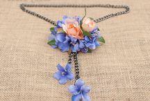 Collares de flores / Podrás encontrar tanto modelos de collar de flores frondosos y exuberantes, como colgantes más discretos realizados sobre cadena, pensados para llevar a diario y darle un toque especial a tu look.