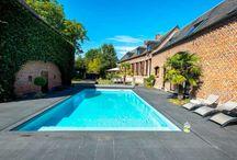 Une piscine pour l'été / L'été approche à grands pas, et avec, l'envie de piquer une tête se fait sentir. Une piscine est le moyen idéal pour se détendre et se rafraîchir pendant l'été, mais pas que ! C'est aussi un terrain de jeu très apprécié des enfants, et l'espace idéal pour pratiquer divers sports aquatiques. De la natation à l'aquastretching en passant par l'aquagym, il y en a pour tous les goûts !  #piscine #pool #aménagement #exterior #HouseExtension #inspiration #jardin #leroymerlin