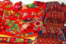 Sweden- Dala-Floda, Dalarna / Folkdräkt och folkliga textilier från Floda socken, i Dalarna. (Dala- Floda). Också mycket påsömsbroderier, som orten är känd för. Traditional clothing and textiles from Floda, in the Swedish province of Dalecarlia.