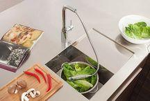 """Μπαταρίες Κουζίνας / Σύγχρονη τεχνολογία, λειτουργικότητα που αγγίζει τα όρια της φαντασίας (όπως οι μπαταρίες που ανοίγουν και κλείνουν με ένα απλό άγγιγμα)... από τα ποιο απλά μέχρι τα ποιο """"εξεζητημένα"""" μοντέλα η ποιότητα  με την υπογραφή Grohe εγγυάται χρήση μέχρι να τις βαρεθείτε."""