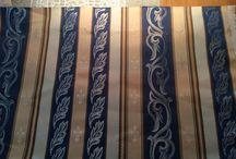 Möbelstoff, Polsterstoff, Stoff, mit Lilien, / Hergestellt von Riflessi, Bezeichnung: Danubio blue. Suche mindestens 6 lfm dieses Möbel/Polsterstoffes. Es gibt sehr ähnlich aussehende Stoffe im Internet, jedoch ohne Lilien. Da ich schon einige lfm mit Lilien verarbeitet habe ist es mir wichtig dass ich den selben Stoff finde.