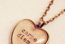 """Carpe Diem / Carpe diem é uma expressão em latim que significa """"aproveite o dia"""". Essa é a tradução literal, e não significa aproveitar um dia específico, mas tem o sentido de aproveitar ao máximo o agora, apreciar o presente."""