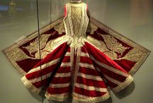 vêtements albanais vus de dos