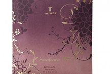 The Thymes / Vor fast 30 Jahren gründeten zwei Freunde die Marke Thymes mit dem Wunsch etwas Großes, Wundervolles zu schaffen. Alles hat mit einem Parfum begonnen, die Leidenschaft für Kreativität und Schönheit, sowie die Liebe zum Duft sind bis heute bestehen geblieben. Thymes-Aromen sind treue Begleiter - nicht nur im Alltag, sondern auch bei besonderen Anlässen verleihen sie Ihnen eine ganz besondere Note.