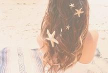 Mare~profumo di mare~ / In silenzio ascoltava il canto del mare, il vento, le donava la sua carezza~