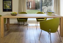 COLLECTIE - MADE IN TIMBERLAND / Serie tafels met minimalistische vormgeving. MDF met kleurcoating of massief hout met olielaag. Het contrast tussen oversized poten versus de bladdikte zorgt voor de juiste spanning. Een stoere en robuuste tafel om aan te werken of samen te komen met familie en vrienden.