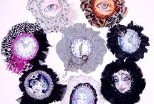 Brooches Art - Autorska kolekcja broszek,adresowana do kobiet nowoczesnych o romantycznej naturze, lubiących oryginalne akcesoria,pragnących przykuwać uwagę niebanalnym wyglądem.  / MINIUM - kolekcja broszek zainspirowana miniaturami portretowymi popularnymi w okresie rokoka i klasycyzmu. Modele broszek wykonane są w pojedynczych egzemplarzach,malowane ręcznie,ozdobione szklanymi koralami,cekinami, i kolorowym jedwabiem.  EX MACHINA - kolekcja broszek dla kobiet nowoczesnych.Modele broszek wykonane są w pojedynczych egzemplarzach, malowane ręcznie, wykończone naturalną skórą.