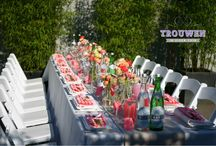 Lunch in eigen achtertuin / Genieten van het voorjaarszonnetje, een heerlijke lunch en gezelligheid. Een toekomstige bruid werd door haar vriendinnen verrast met een feestelijke ladies lunch. Bloemdecoratie op de lange lunch tafel in de kleuren wit, koraal, neon en zacht roze. Een linnen tafelloper geeft een speels effect op het fris witte linnen. Een romantisch gevoel met moderne accenten. Er werd geproost met sprankelend welkomstdrankje met vers fruit. www.trouwenineigentuin.nl