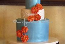 Beautiful Chrysanthemum Cakes / these beautiful chrysanthemum sugar flowers are perfect for fall wedding cakes. #chrysanthemum #gumpaste-flowers #fall #cakecentral