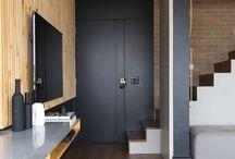 All Black / All Black explora o contraste entre preto e branco em formas originais. Os tapetes têm o poder de transformar os ambientes com harmonia e elegância. Usado sozinho, em destaque, ou em conjunto com outros elementos, o tapete preto e branco é uma peça que ajuda a compor uma decoração moderna e diversificada.