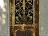 Χερούλια και πόρτες με εκλησιαστικα σύμβολα