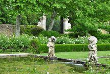De zuidelijke Provence / Dit zuidelijk gelegen gedeelte van Frankrijk zorgt al een aantal jaren voor een onweerstaanbare reis. Niet alleen worden er de mooiste tuinen bezocht, ook menig dorpje en stadje wordt aangedaan. Reisleidster Karin Stolker weet overal de leukste brocante markten te vinden, maar vertelt u ook alles over de beplanting en de tuinen, die in dit fraaie landschap liggen verscholen. Overal wordt u door de eigenaren ontvangen.