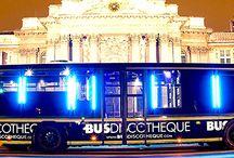 Fête entre amis / Dans un bus discothèque - week-end à Ibiza - Dîner dans les airs - Week-end à Mykonos - Privatisation île déserte - www.versionvoyages.fr - Version Voyages