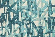 Tappeti contemporanei Deco Bambu / Tappeti contemporanei di ispirazione naturalistica in cui linee di diversi colori e forme assumo le sembianze di canne di bamboo. Un disegno fresco e colorato adatto anche come tappeto per bambini.