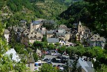La Canourgue / La Canourgue, village étape, est un petit village du sud de la Lozère (48) située dans la vallée du Lot. En plein coeur du Gévaudan sur l'Urugne (petit affluent du Lot) au pied du Causse de Sauveterre que la commune absorbe en grande partie. Depuis 1973, La Canourgue est associée avec les anciennes communes d'Auxillac, La Capelle et Montjézieu ce qui fait de La Canourgue une commune dont la superficie est importante (10 429 hectares, soit pratiquement la superficie de la ville de Paris).