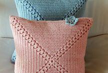Связанная крючком подушка