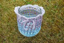 Umhäkelte Gläser individuell / Eine wunderschöne Idee sind die umhäkelten Gläser. Denn sie zeichnen sich dadurch aus, dass sie sich für viele Einsatzmöglichkeiten eignen. Sie können in ein solches Glas zum Beispiel ein Windlicht stellen, und wenn Sie es anzünden, wird es ein herrliches Wind und Schattenspiel an den Wänden ergeben. Oder Sie füllen das Glas mit Pralinen, Keksen oder Bonbons. Das ist eine tolle Überraschung.