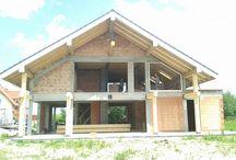 Projekt domu Otwarty 2 / Jest to mniejszy brat popularnego projektu Otwarty z naszej pracowni.  Projekt to nowoczesna willa miejska, z pięknymi przeszkleniami otwierającymi wnętrze domu na otaczający ogród. Architektura budynku łączy w sobie prostotę bryły przekrytej łagodnym dwuspadowym dachem, z nowoczesnymi detalami architektonicznymi i materiałami zastosowanymi na elewacjach. W efekcie budynek jest bardzo efektowny.