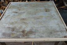 Restauration dessus de table / Voici comment redonner une nouvelle vie à une table de salon . Réalisation à partie de sable coloré et grain gris mélangé à de la résine polyuréthane.