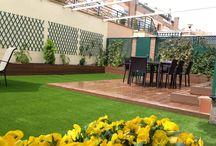 Cesped artificial jardin / http:www.quejardines.com  Diseño de jardín con césped artificial y tarima sintética