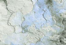 Façades / Facade / La ville vivante. Palpitante, elle s'use au gré du temps. Affiches déchirées, peintures écaillées, bitume irrégulier