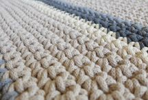 Ręcznie robione / Produkty wykonywane ręcznie stanowią wysoką wartość dla osoby posiadającej taki produkt. Ręcznie produkowane dywany, poduchy i stoliki już w ofercie DEECO