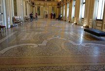 Терраццо Арт / Венецианский терраццо (terrazzo alla veneziana) - это художественные наливные бесшовные мозаичные полы. Традиции создания венецианского терраццо насчитывают более 5 веков и передаются из поколения в поколение итальянских мастеров-терраццьеров, объединённых Консорциумом венецианского терраццо.