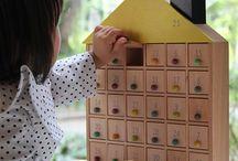 Puppenhaus aus Holz / Das klassische Puppenhaus Holz hat bis heute nichts von seiner Faszination verloren. Eine eigene Welt erschaffen, Alltagsszenen auf spielerische Weise nachstellen - das begeistert Kinder immer wieder. Wir stellen Ihnen das klassische Holzpuppenhaus in verschiedenen außergewöhnlichen Varianten vor. Faszinierende Formen, kreative Spielideen und liebevolle Details machen jedes Puppenhaus Holz zu einem echten Lieblingsstück.