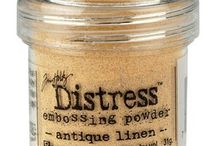 UTGÅR - Tim Holtz® Distress Embossing Powders / FARGENE UTGÅR MEN DISSE 4 BLIR IGJEN; Antique Linen - Stucco Effect Vintage Photo - Rust Effect Pumice Stone - Stone Effect Black Soot - Charred Effect  FØLGENDE FARGER KAN FORTSATT SKAFFES FRA LEVERANDØR: Milled Lavender, Mustard Seed, Old Paper, Tea Dye, Weathered Wood, Broken China, Brushed Corduroy, Scattered Straw, Spiced Marmalade, Worn Lipstick  KONTAKT PR MAIL OM VI ER TOM I NETTBUTIKKEN
