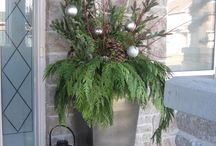 Christmas Decor for your Front Door / It's important to not neglect your outside holiday decor, this is the welcome your guests will see when they pull up to your home.