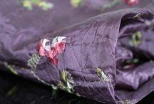 Foulard violet / Trouvez ici votre prochain foulard violet, votre écharpe violette pour l'hiver ou l'été. Pour homme ou pour femme, une sélection de foulards, carrés,  châle, étole et écharpes en soie, en lin, en coton, en laine ou en cachemire. Des foulards doux et chauds issu de l'artisanat ou créateurs.
