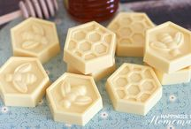 Handmade Soap DIY Recipes / Lots of recipes and tutorials for beautiful handmade soap. Simple DIY designs, natural recipes, and fancier techniques. Plus, some pretty soap packaging ideas.