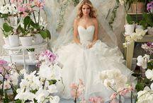 Νυφικά με Πλούσια Φούστα / Τα φουσκωτά νυφικά Arka Wedding, έχουν πλούσιες φαρδιές φούστες, είναι θεαματικά νυφικά, με φουρώ ενσωματωμένα μέσα από το νυφικό, για πιό εντυπωσιακή εμφάνιση.