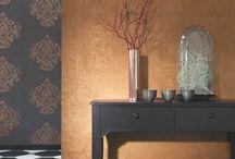 Edle Ornamente auf Vliestapete - Majestic von Casadeco / Ornamente im modernen Neobarock-Stil und edel schimmernde Farben und Oberflächen zaubern viel Glamour im Wohnzimmer. Weitere Verzeirungen, moderne Grafik-Elemente oder schlichte Streifen bieten tolle Kombinationsmöglichkeiten für den Wohnbereich.