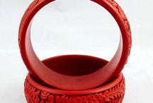 Pulseira De Laca Vermelha Esculpida / Cor da Pulseira: Vermelha Tamanho pulseira: 25mmx60mm Diâmetro Pulseira: 60mm Detalhe: totalmente Esculpida