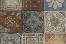 Portugese tegels / Een decortegel kunt u vinden in alle kleuren van de regenboog, mat, glanzend, of met reliëf, met patronen of met doorlopende taferelen. Met decortegels in uw badkamer weet u zeker dat u een origineel en persoonlijk geheel krijgt.