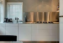 Keukens || Gekleurde achterwand / Een veelvoorkomende trend op het moment is een authentieke achterwand in de keuken. Binnen dit bord kun je inspiratie opdoen voor een mooie achterwand waarbij de focus ligt op kleur.