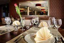Restauracja / Restaurant / Restauracja Hotelu Austeria zaprasza w kulinarną podróż po Europie. Nasze propozycje łączą nowoczesne koncepcje i międzynarodowe trendy z tradycyjną kuchnią polską. Szef kuchni rekomenduje szczególnie autorskie dania: aksamitny krem z raków w otulinie mascarpone i kawioru z szyjkami rakowymi i polędwicę z dorsza podaną na polencie z czarnym sezamem, zielonym pieprzem i słodkim groszkiem.