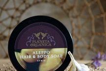 """Planeta Organica / """"Planeta Organica"""" to seria naturalnych kosmetyków przeznaczonych do pielęgnacji ciała i włosów. Produkty z serii Planeta Organica zawierają: Organiczne ekstrakty i oleje certyfikowane  przez międzynarodowe  niezależne  organizacje  ECOCERT i ICEA w tym 17 unikalnych organicznych olei  Produkty z serii Planeta Organica nie zawierają: SLS, parabenów, GMO i składników z przerobu ropy naftowej"""