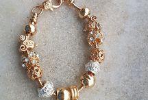 Pulseiras colares e anéis