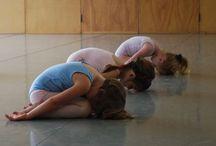 Yoga para Niños / No hay nadie mejor que los niños para enseñarles la práctica del yoga.  El yoga tiene efectos muy beneficiosos en los niños. Les aporta movilidad, fuerza y elasticidad.   El niño que practica yoga mejora física, psíquica y moralmente.