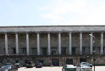 HAUS DER (DEUTSCHEN) KUNST / Das soll eine Archiv-Seite zum Sammeln von öffentlich verfügbaren Bildern dieser vormals Hitler´schen Kunstschau-Monsterkiste sein, die den II. Weltkrieg (leider) sehr gut überstanden hatte und nun aber für (höchstwahrscheinlich deutlich mehr als) 80.000.000,- Euro renoviert werden muss, damit dieses denkmalgeschützte museale Gebäude weiterhin als das Münchner HAUS DER KUNST genutzt werden kann.