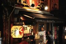 Izakaya / Un izakaya es un típico bar o restaurante japonés, que además pueden ser encontrados en las ciudades más cosmopolitas del mundo. Son muy populares en Japón para tomar algo después del trabajo. En una izakaya se sirven tanto comidas como bebidas. Y en la mayoría de ellas hay disponibles tanto mesas y sillas al estilo occidental como zonas y habitaciones privadas con suelo de tatami siguiendo el tradicional estilo japonés.